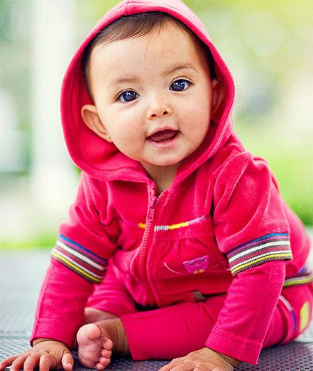 Bebê modelo em ensaio fotográfico de roupas.
